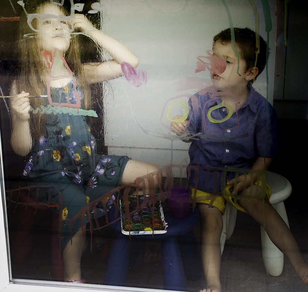 Marek Y Laïyna dibujando con acuarelas en el vidrio